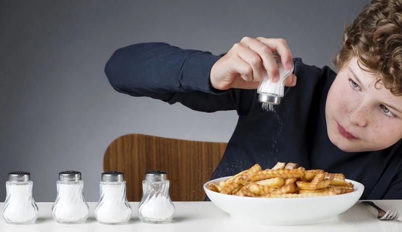 Đồ ăn quá ngọt hoặc quá mặn sẽ khiến tình trạng bệnh trở nên trầm trọng hơn.