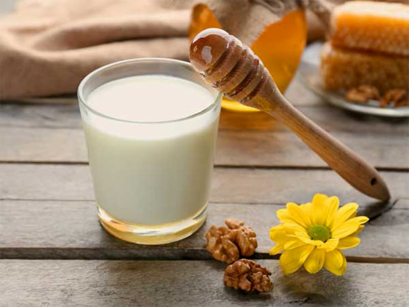 Sử dụng mặt nạ sữa chua và mật ong giúp trắng da