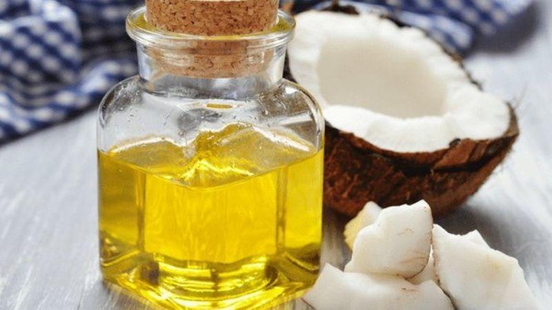 Làm trắng da tay bằng dầu dừa