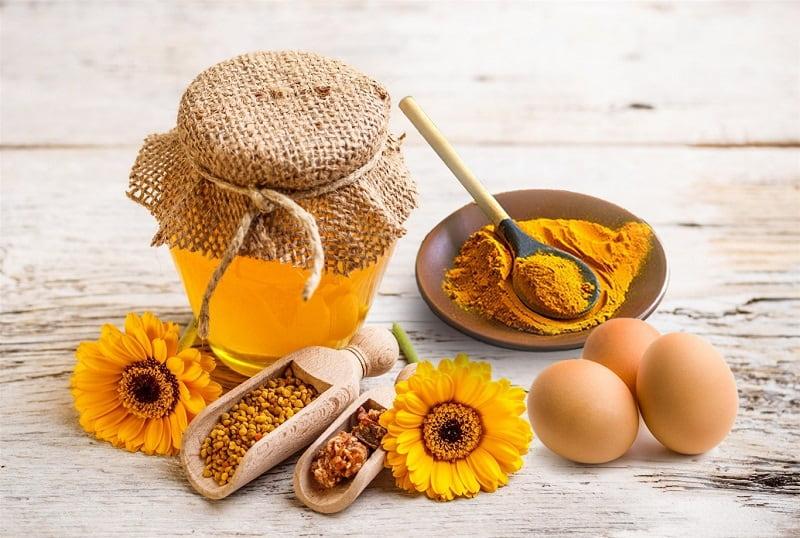 Sử dụng mặt nạ mật ong trứng gà trị mụn