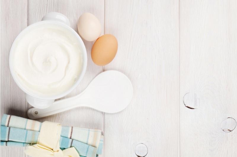 Trị mụn ẩn bằng trứng gà và sữa chua