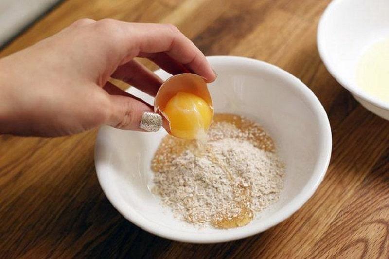 Khi sử dụng trứng gà và bột yến mạch có thể đẩy mụn ẩn lên bề mặt da nhanh chóng