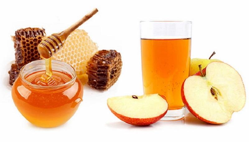 Bạn có thể kết hợp mật ong với giấm táo để làm sạch mụn đầu đen, nhất là ở khu vực cánh mũi