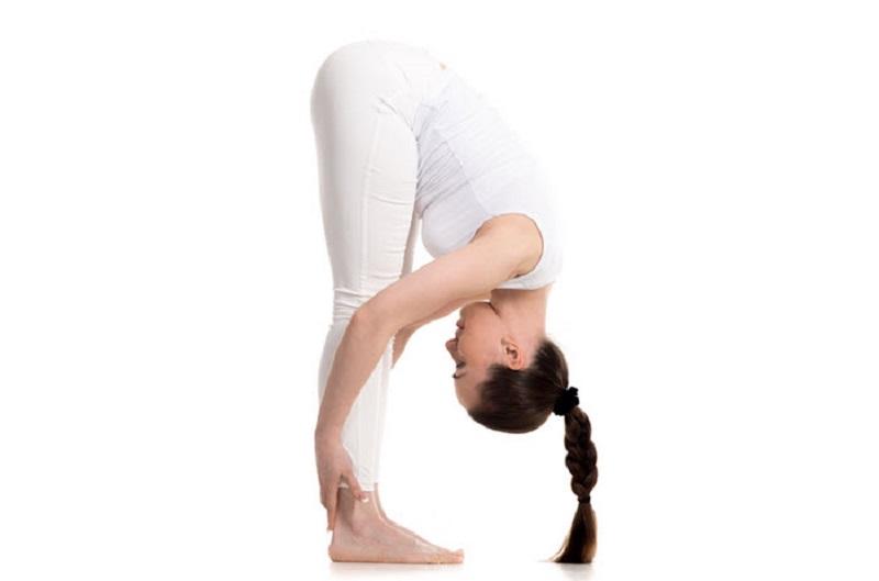Tư thế đứng thẳng gập người giúp thư giãn, căng cơ, giảm đau đầu hiệu quả