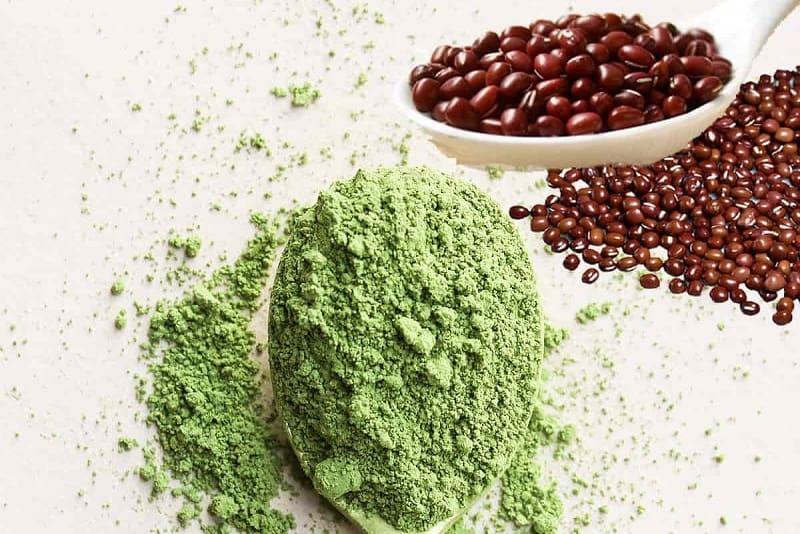 Bạn có thể kết hợp bột đậu đỏ với bột trà xanh để làm mặt nạ dưỡng da