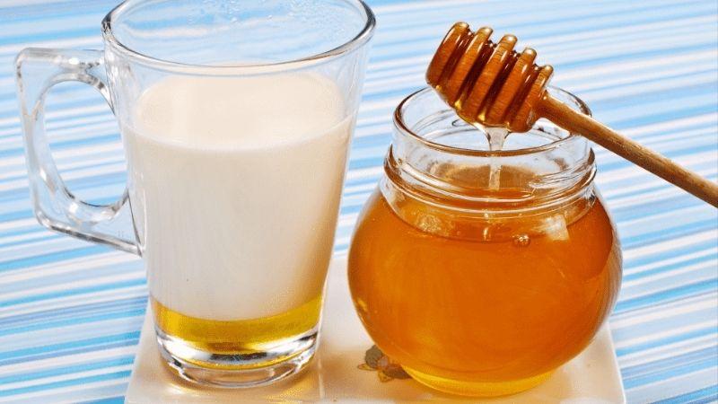 Làm trắng da mặt bằng mật ong và sữa tươi được rất nhiều chị em yêu thích