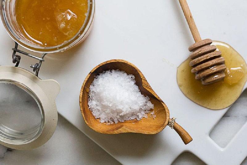 Hỗn hợp mật ong - muối giúp tẩy da chết, làm sáng da hiệu quả