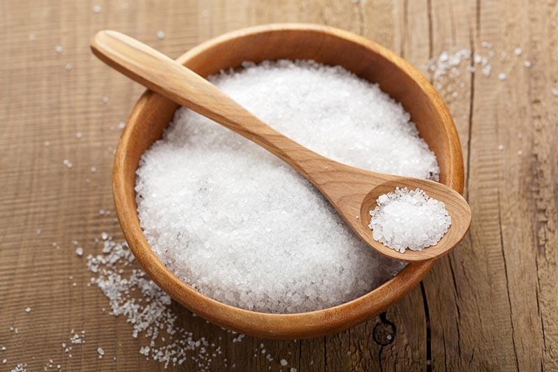 Muối và kem đánh răng đều chứa baking soda giúp tẩy da chết, làm mờ những vết thâm