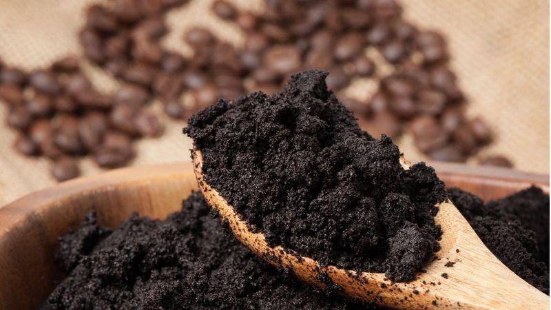 Bã cà phê là nguyên liệu chăm sóc da rất tốt