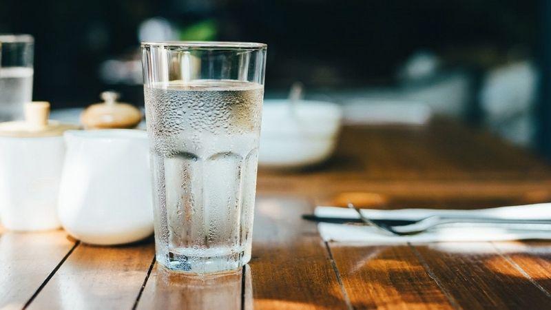 Nam giới cần uống ít nhất 2 lít nước mỗi ngày