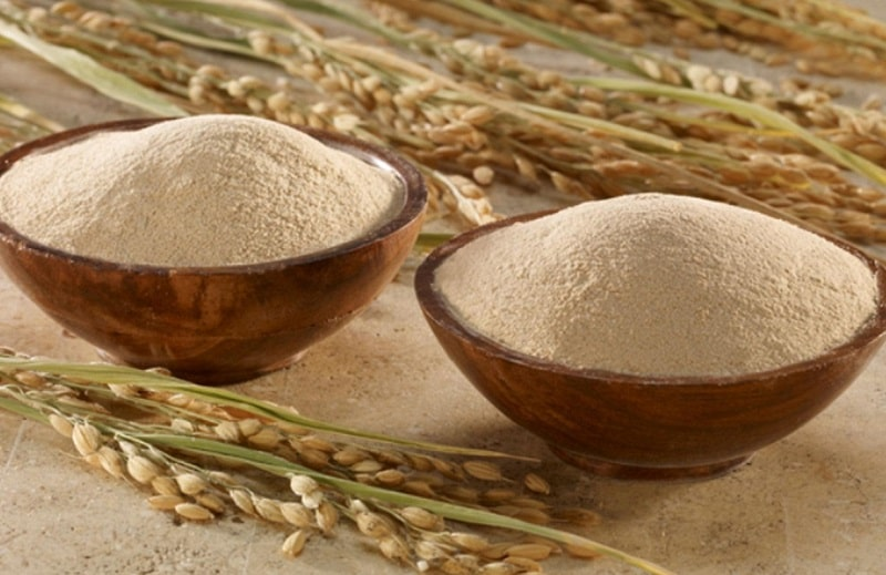 Ngoài ra bạn có thể kết hợp rau diếp cá với bột cám gạo