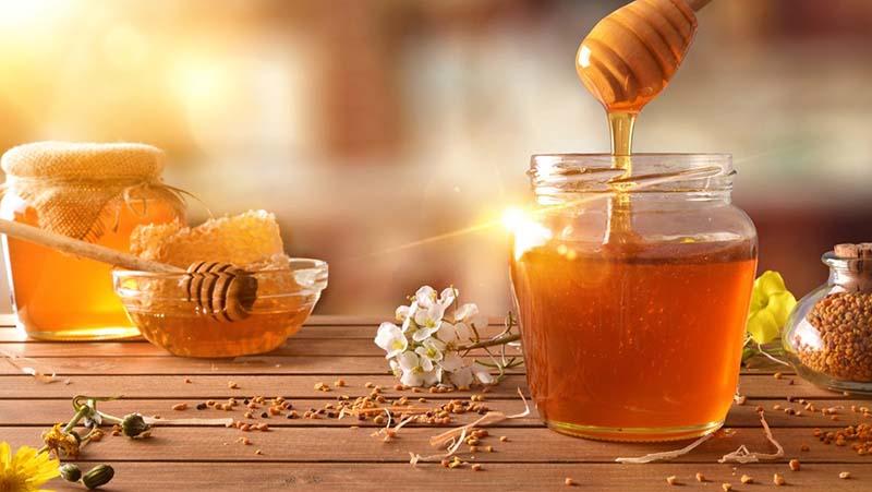 Mật ong có công dụng làm mềm da, chống lão hóa, mang lại làn da mịn màng