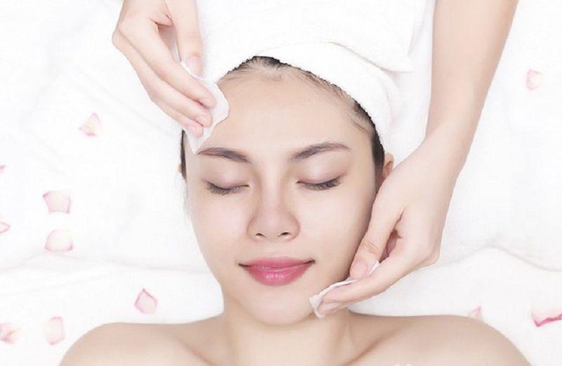 Bước làm sạch da trước khi ủ trắng